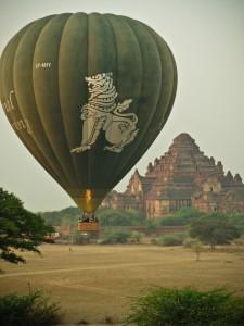 Mit dem Ballon über die Tempel